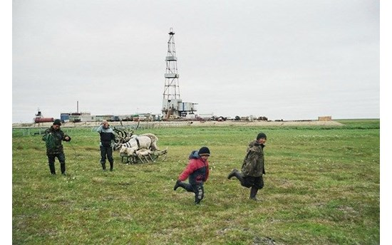 stammler-children-from-camp-2-playing-on-a-pasture-close-to-an-oil-rig-on-the-toravei-deposit-nenets-ao-barents-region-russia